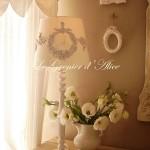 Abat jour blanc monogramme guirlande rose patine blanc vieilli 1gf