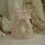 Abat jour shabby chic à collerette ornement moulure résine dentelle voile mariée rose poudré patine lin abat jour romantique abat jour de charme
