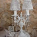 Bougeoir quatre branches patine blanc vieilli pampille abat jour shabby chic voile dentelle de mariée voile blanc petites fleurs décoration romantique décoration de charme esprit nordique