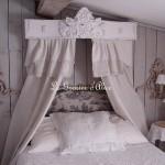 Ciel de lit patiné et orné d'un fronton géant décoration de charme gf
