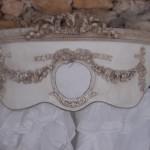 Ciel de lit patiné médaillon monogramme guirlande roses noeud demi lune arrondi galbé de côté decoration de charme shabby chic decoration romantique french decor 1