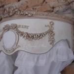 Ciel de lit patiné médaillon monogramme guirlande roses noeud demi lune arrondi galbé de côté decoration de charme shabby chic decoration romantique french decor