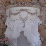 Ciel de lit patiné médaillon monogramme guirlande roses noeud demi lune arrondi galbé decoration de charme shabby chic decoration romantique french decor
