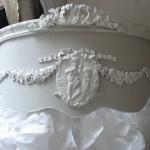 Ciel de lit patiné médaillon monogramme guirlande roses noeud demi lune arrondi galbé decoration de charme shabby chic decoration romantique french decor patine gris perle blanc