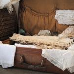 Vieille valise dentelle corset mouchoir brodé ambiance romantique et shabby chic