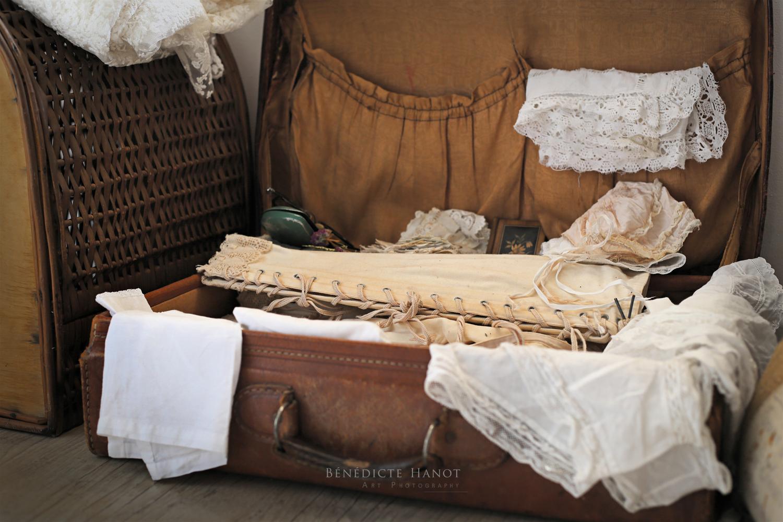 vieille valise dentelle corset mouchoir brod ambiance romantique et shabby chic le grenier d. Black Bedroom Furniture Sets. Home Design Ideas