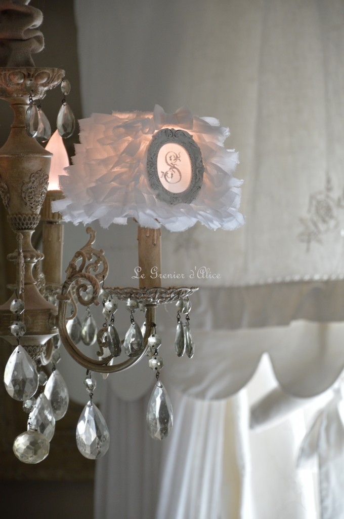 Abat jour organdi blanc shabby chic romantique froufrou ruffle lampshade cosy romantique monogramme broderie machine lettre brodée le grenier dalice