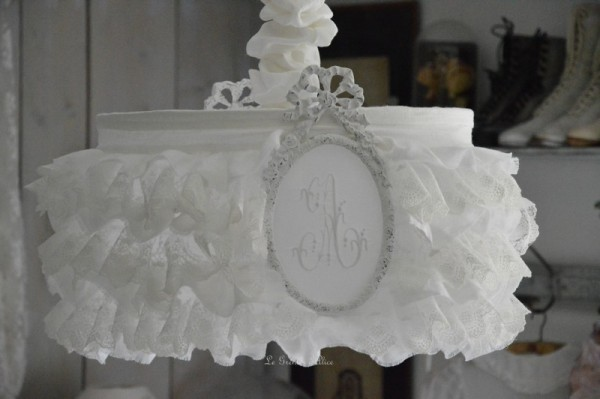 lustre abat jour froufrou shabby le grenier d 39 alice. Black Bedroom Furniture Sets. Home Design Ideas