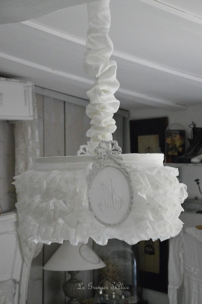 Suspension abat jour shabby chic romantique romantic lamp-shade froufrou ruffle volant dentelle voile mariée lin blanc lin stone washed lavé froissé broderie organdi monogramme