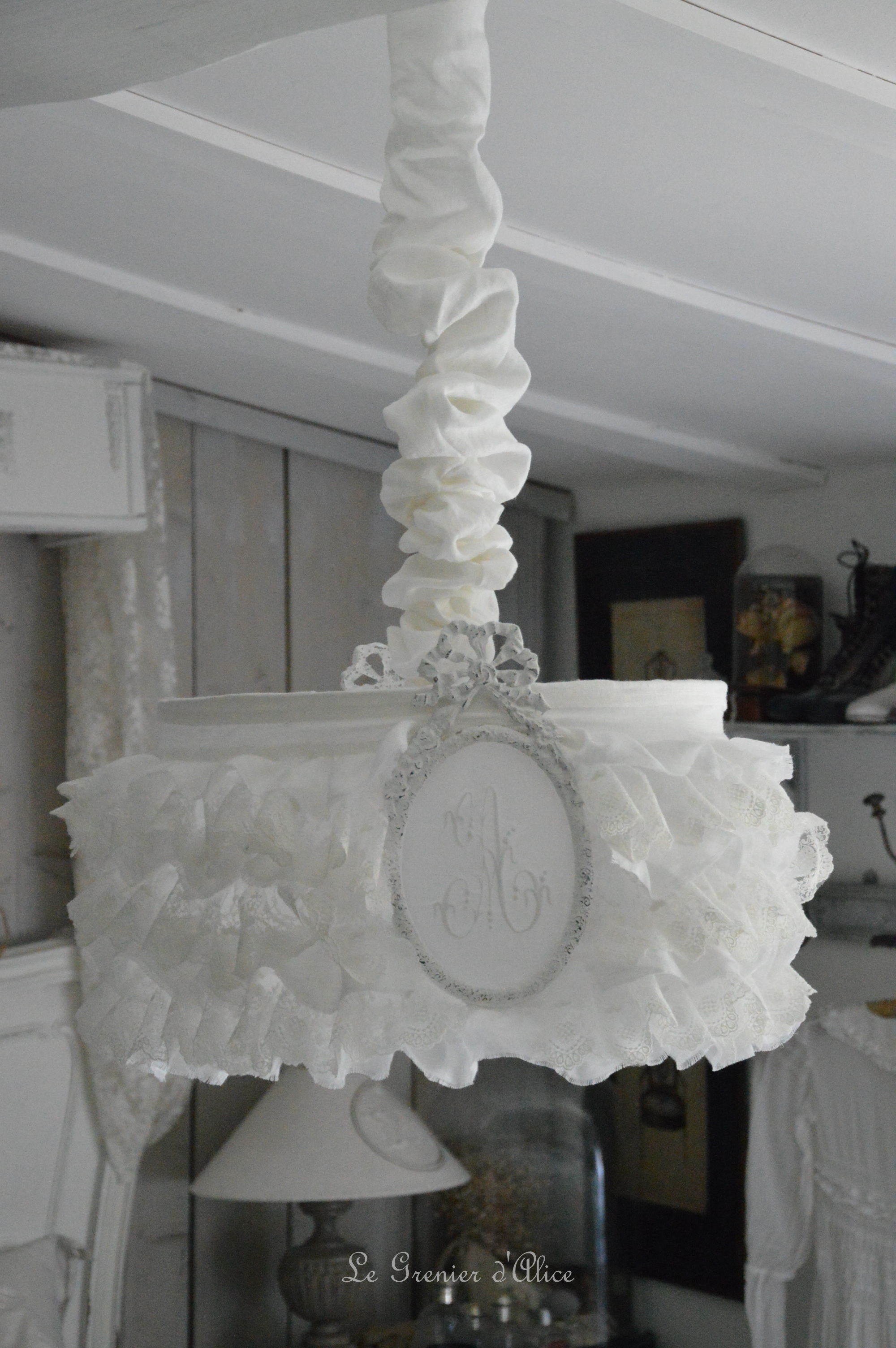 lustre abat jour froufrou shabby le grenier d 39 alice. Black Bedroom Furniture Sets. Home Design Ideas