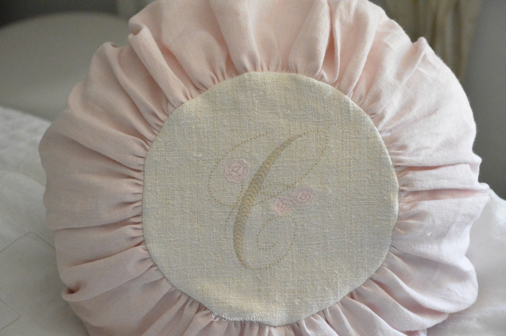 Coussin rond coussin lin rose poudré coussin froncé coussin monogramme tissu lin stone washed lin lavé froissé chanvre ancien monogramme broderie round pillow 1