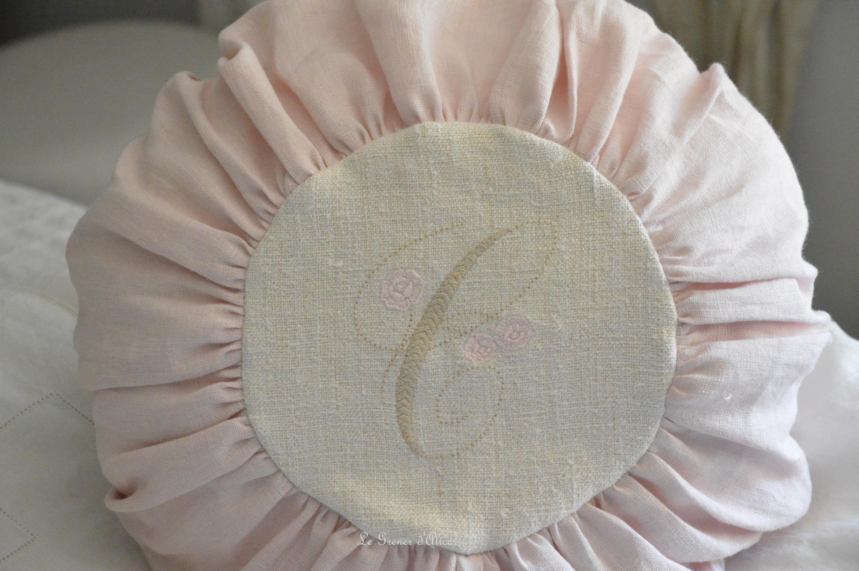Coussin rond lin rose et chanvre brod le grenier d 39 alice - Housse de coussin rond ...