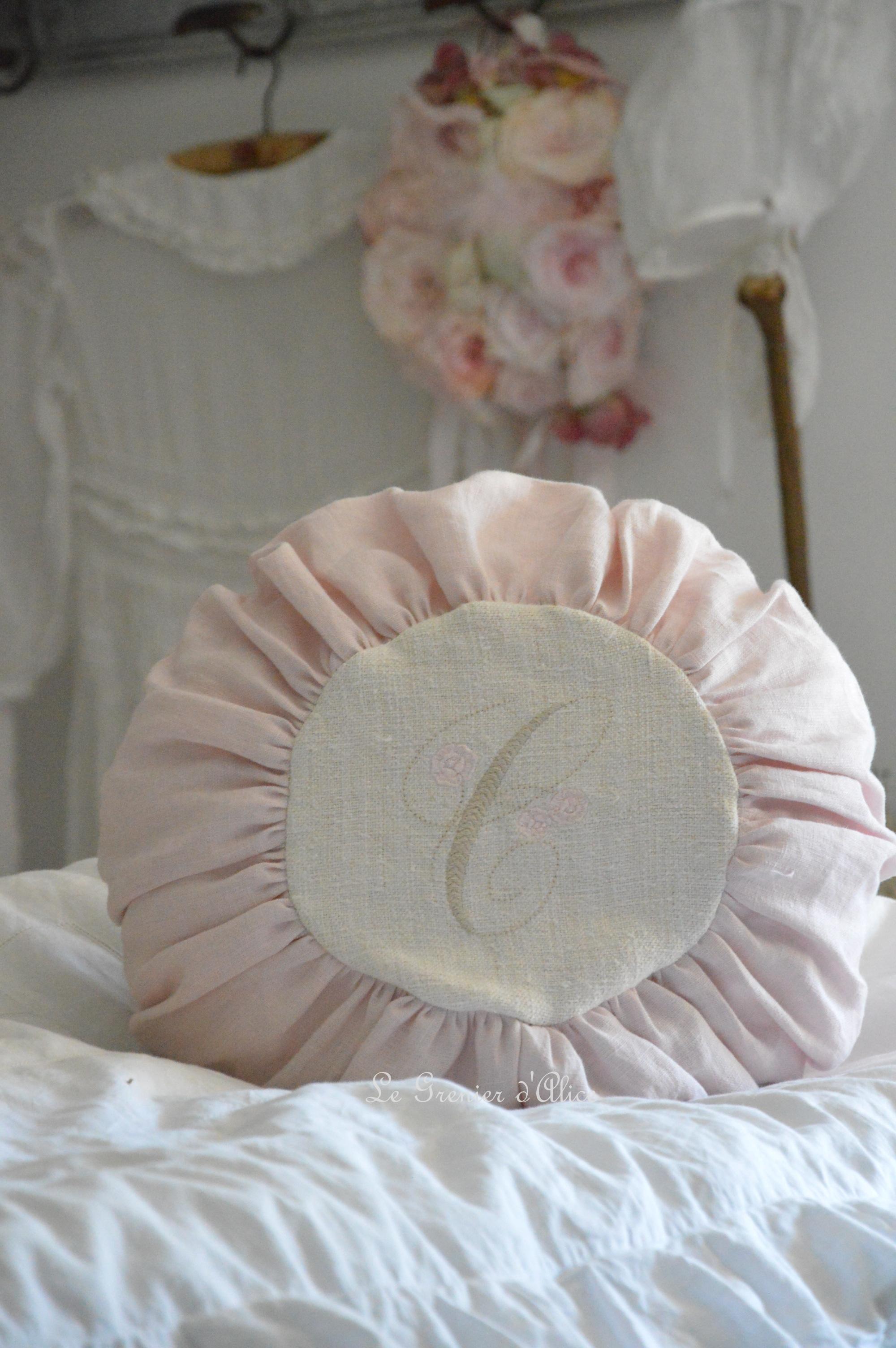 coussin rond lin rose et chanvre brod le grenier d 39 alice. Black Bedroom Furniture Sets. Home Design Ideas