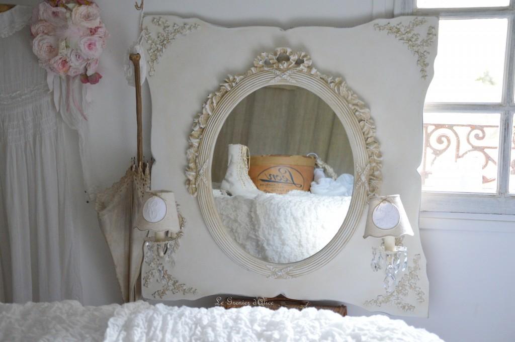 Miroir oval applique deux branches patinée lin abat jour lin monogramme broderie machine ficelle patine craquelée decoration interieure shabby chic style cosy charme romantique