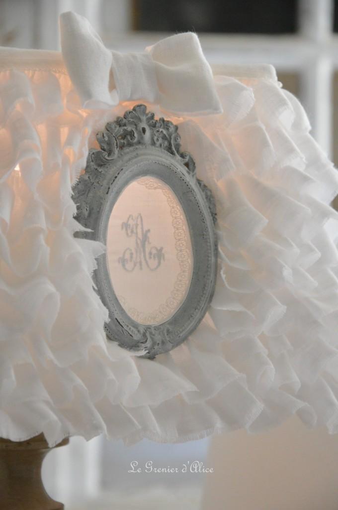 Abat jour froufrou volant lin blanc abat jour shabby chic romantique romantic shabby lampshade ornement patiné gris gustavien monogramme broderie machine 1