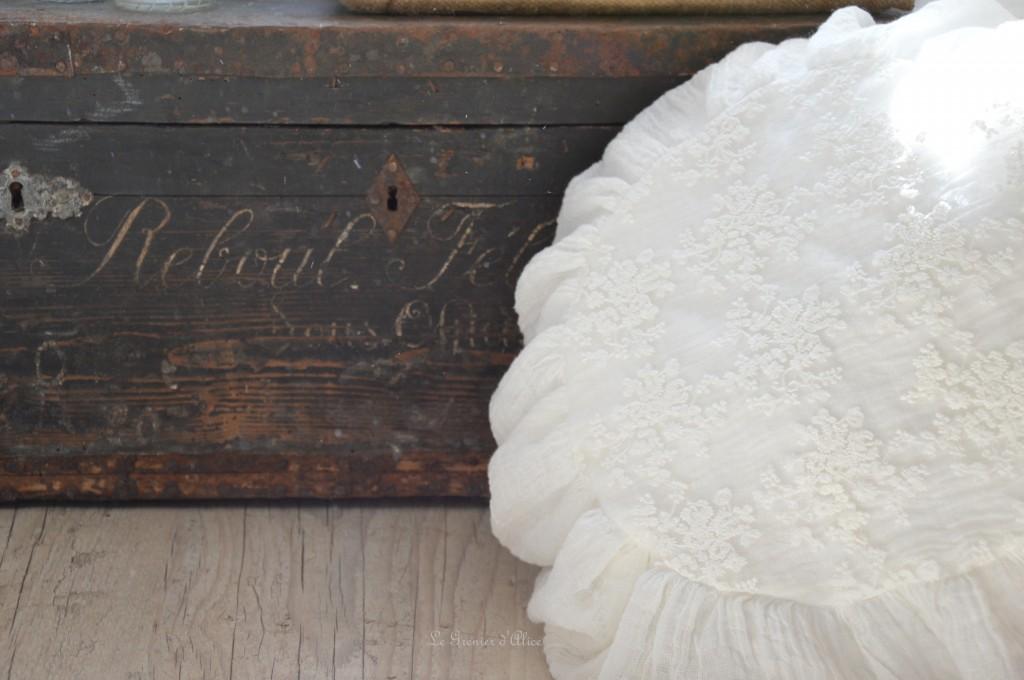 Coussin rond coussin shabby chic et romantique coussin voile de lin broderie tulle mariage voile de mariée blanc cassé round pillow shabby romantic