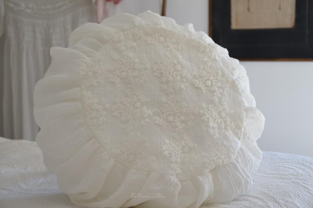 Coussin rond coussin shabby chic et romantique coussin voile de lin broderie tulle mariage voile de mariée blanc cassé round pillow shabby romantic 2