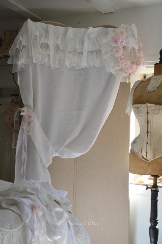 Rideau lin blanc shabby chic volant froufrou dentelle blanche romantique embrasse embrase à rideaux guirlande fleur rose papier crépon teintée rose peinte shabby curtain