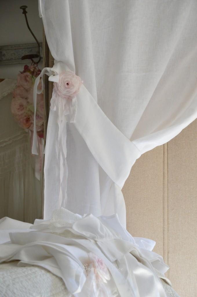 Rideau lin blanc shabby chic volant froufrou dentelle blanche romantique embrasse embrase à rideaux guirlande fleur rose papier crépon teintée rose peinte shabby curtain  3