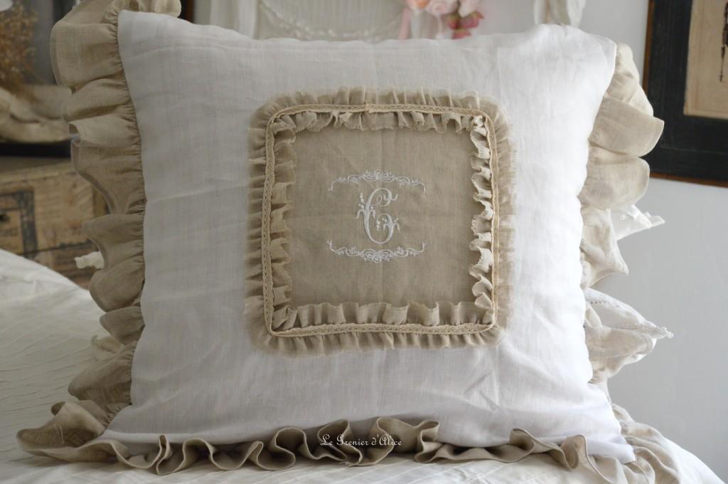 Coussin shabby chic et romantique bicolore lin lavé blanc et naturel froufrou volant dentelle coton monogramme brodé machine coussin 60x60