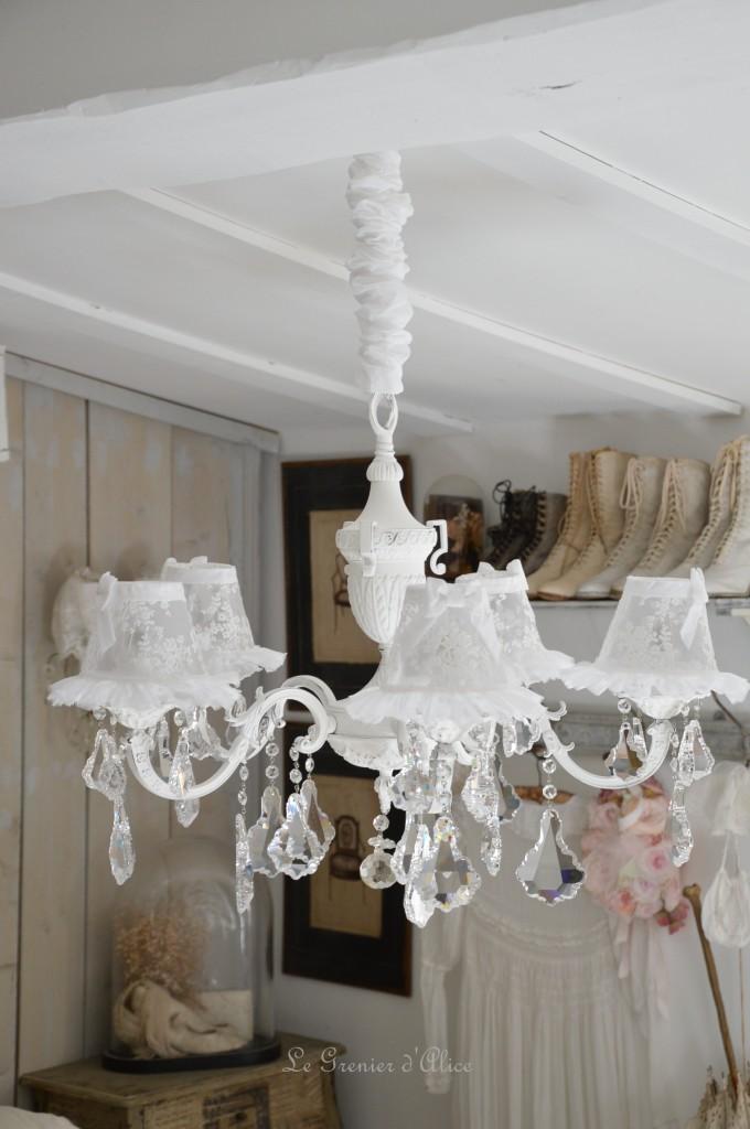 Lustre cinq branches shabby chic blanc poudré blanc vieilli pampilles cristal lustre ancien romantique lustre patiné abat jour dentelle tulle voile de mariée organdi chaussette 1