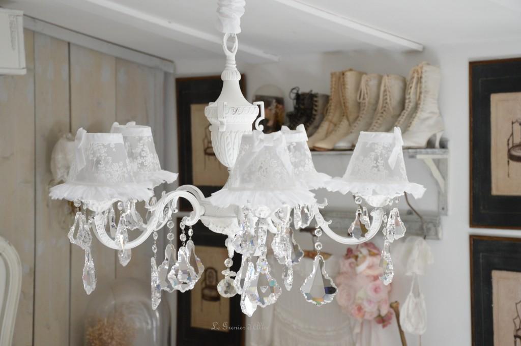 Lustre cinq branches shabby chic blanc poudré blanc vieilli pampilles cristal lustre ancien romantique lustre patiné abat jour dentelle tulle voile de mariée organdi chaussette
