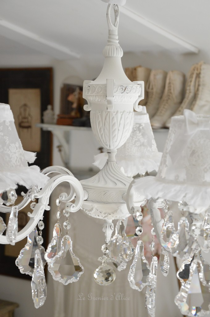 Lustre cinq branches shabby chic blanc poudré blanc vieilli pampilles cristal lustre ancien romantique lustre patiné abat jour dentelle tulle voile de mariée organdi chaussette 3