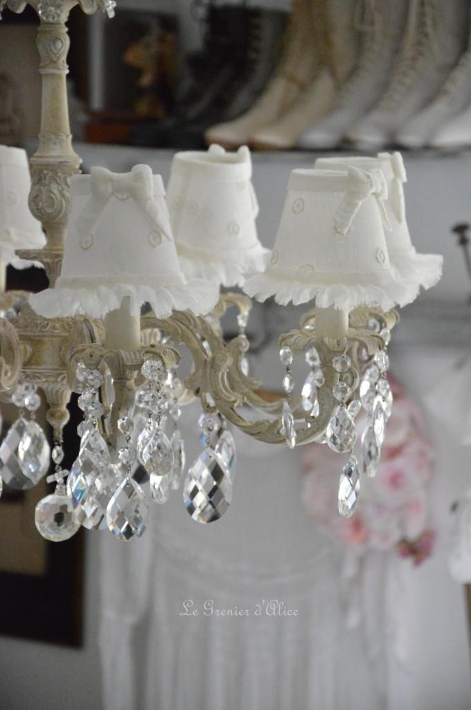 Lustre huit branches ancien pampilles patiné lustre shabby chic et romantique romantic chandelier abat jour lin ivoire ajouré et voile de lin ivoire création le grenier dalice 2