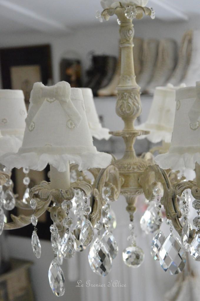 Lustre huit branches ancien pampilles patiné lustre shabby chic et romantique romantic chandelier abat jour lin ivoire ajouré et voile de lin ivoire création le grenier dalice 3