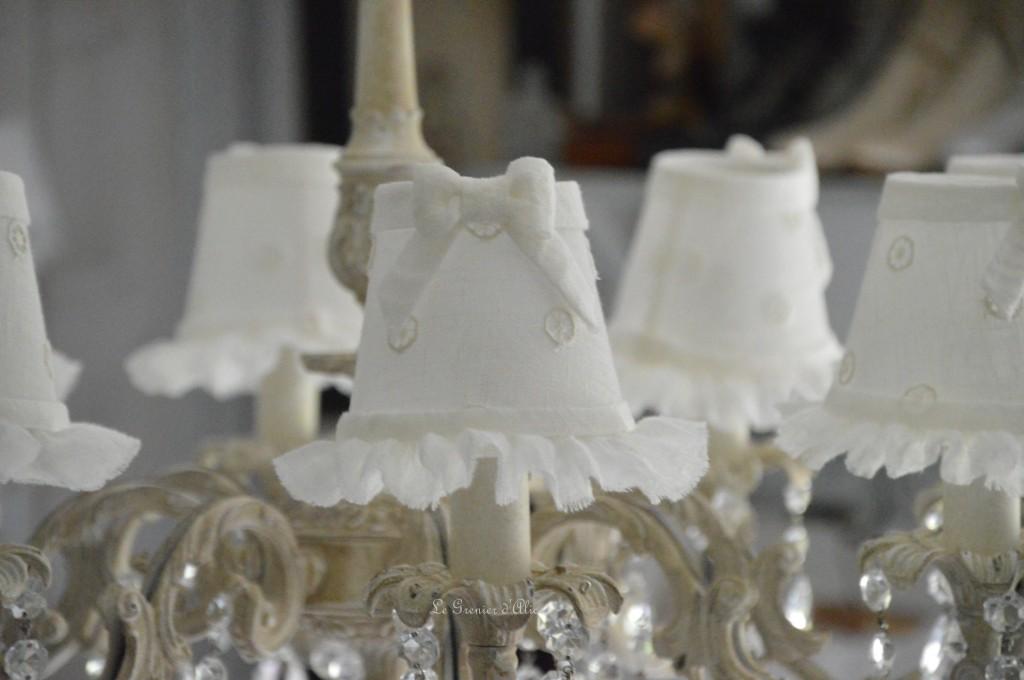 Lustre huit branches ancien pampilles patiné lustre shabby chic et romantique romantic chandelier abat jour lin ivoire ajouré et voile de lin ivoire création le grenier dalice 4