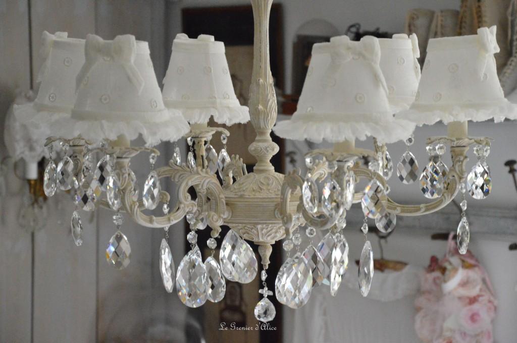 Lustre six branches ancien pampilles patiné lustre shabby chic et romantique romantic chandelier abat jour lin ivoire ajouré et voile de lin ivoire création le grenier dalice