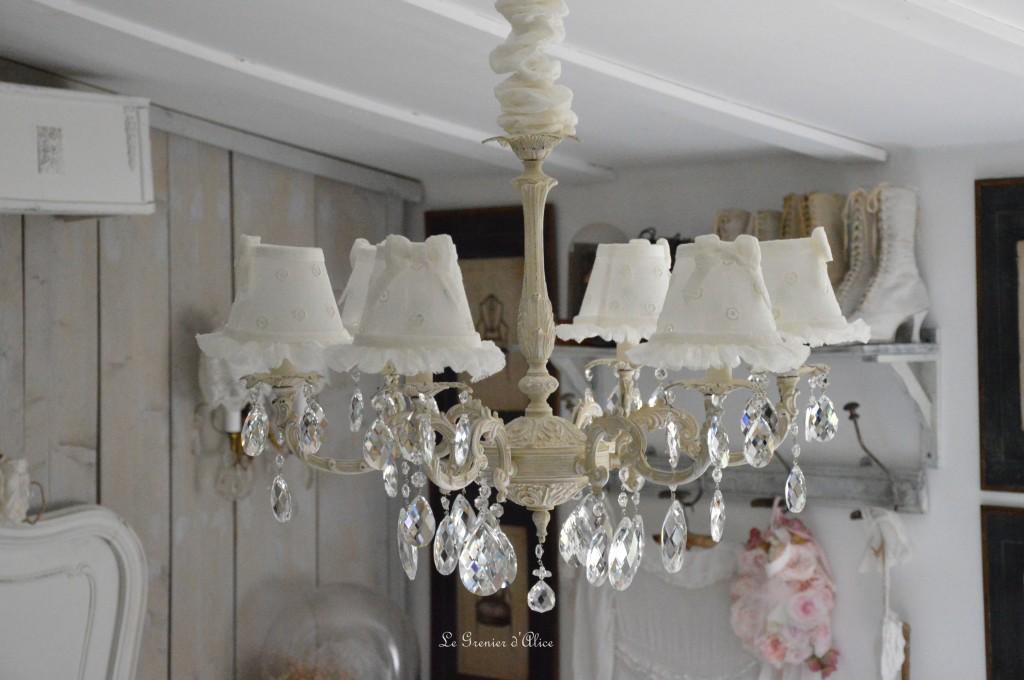 Lustre six branches ancien pampilles patiné lustre shabby chic et romantique romantic chandelier abat jour lin ivoire ajouré et voile de lin ivoire création le grenier dalice 3