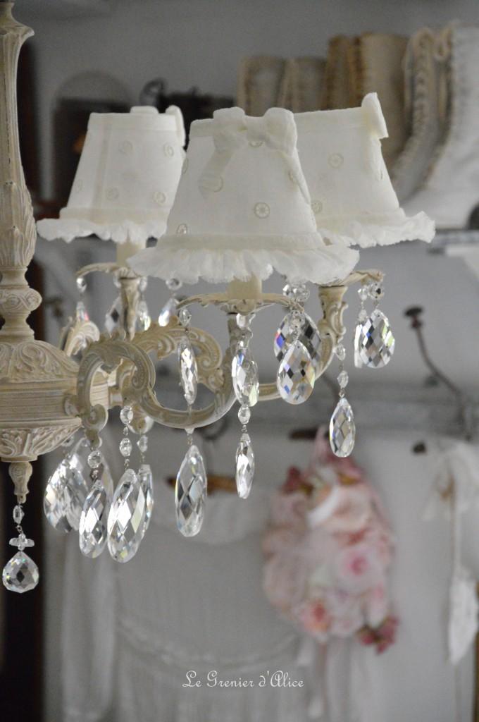 Lustre six branches ancien pampilles patiné lustre shabby chic et romantique romantic chandelier abat jour lin ivoire ajouré et voile de lin ivoire création le grenier dalice 4