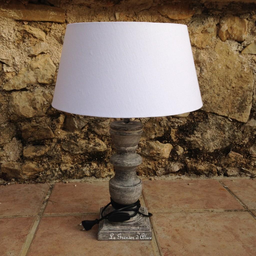 Relooking avant lampe en lampe shabby chic romantique ornement gris patiné lin lavé blanc pied de lampe patine grise monogramme broderie fleur de lys.JPG