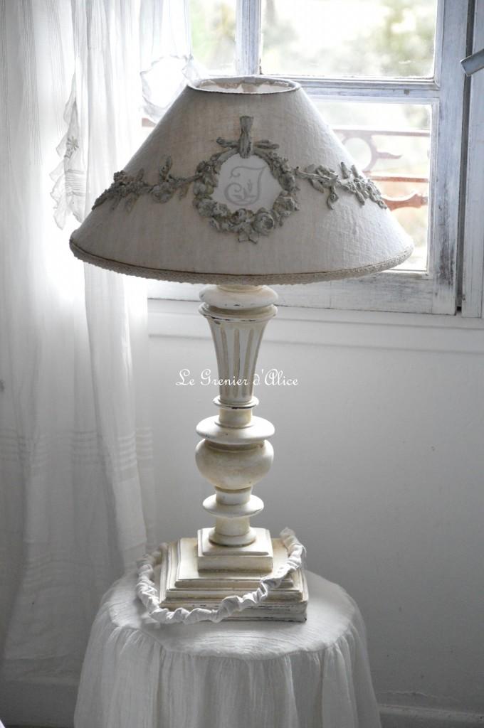Relooking lampe de chevet avant après lampe romantique et shabby chic abat jour chanvre ornement résine ornement patiné lin monogramme brodé