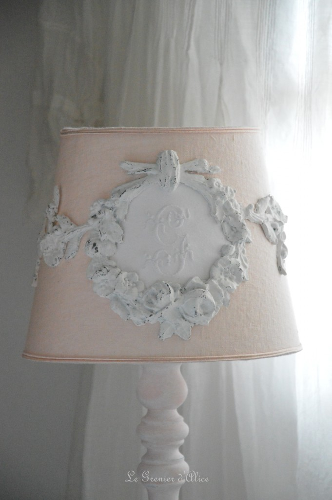 Abat jour romantique et shabby chic monogramme brodé abat jour rose poudré ornement moulure résine blanc vieilli pied de lampe rose poudré romantic and shabby lampshade lamp