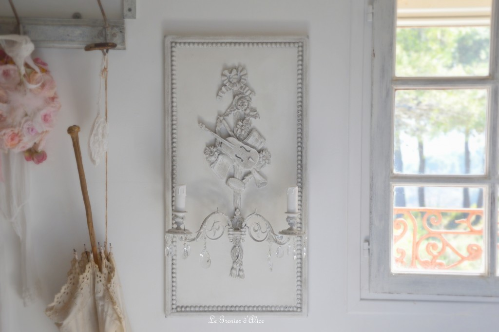 Applique shabby romantique de charme patine grise attribut de musique violon pampilles cristal applique piano applique ancienne applique à pampilles