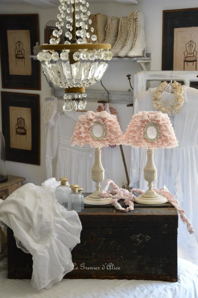 Abat jour froufrou en lin rose poudré romantique shabby chic monogramme ornement résine patiné pied de lampe patiné romantic and shabby lamp lampshade 2