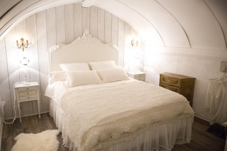 Chambre de charme studio de charme salon cuisine shabby chic et romantique centre historique aix en provence airbnb location meublé touristique week end amoureux nuit mariage