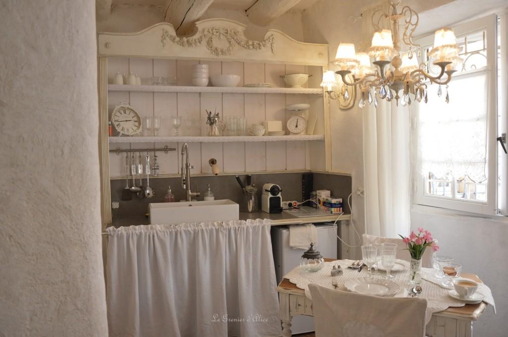 Vaisselier salon cuisine shabby chic et romantique centre historique aix en provence airbnb location meublé touristique week end amoureux nuit mariage