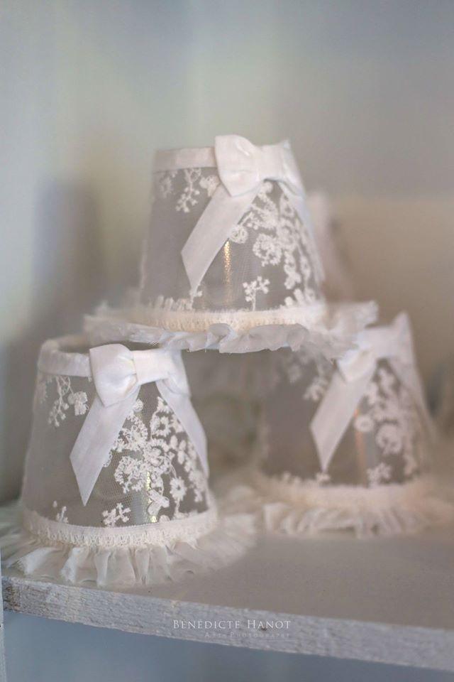 abat-jour-romantique-et-shabby-chic-tulle-organdi-blanc-boutique-le-grenier-dalice-rognes
