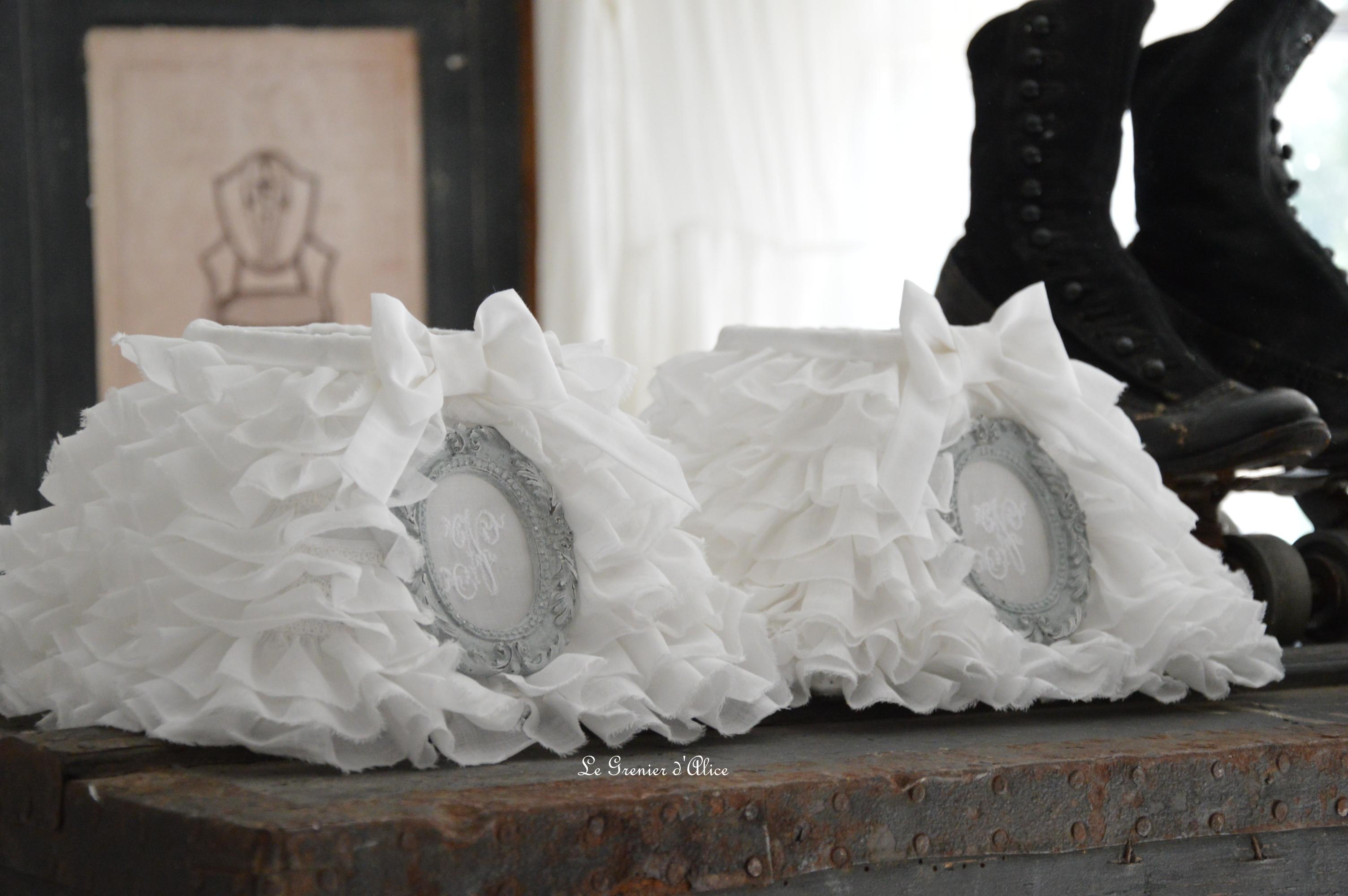Abat jour en organdi ornement gris gustavien patiné abat jour froufrou monogramme brodé romantique et shabby chic création le grenier dalice