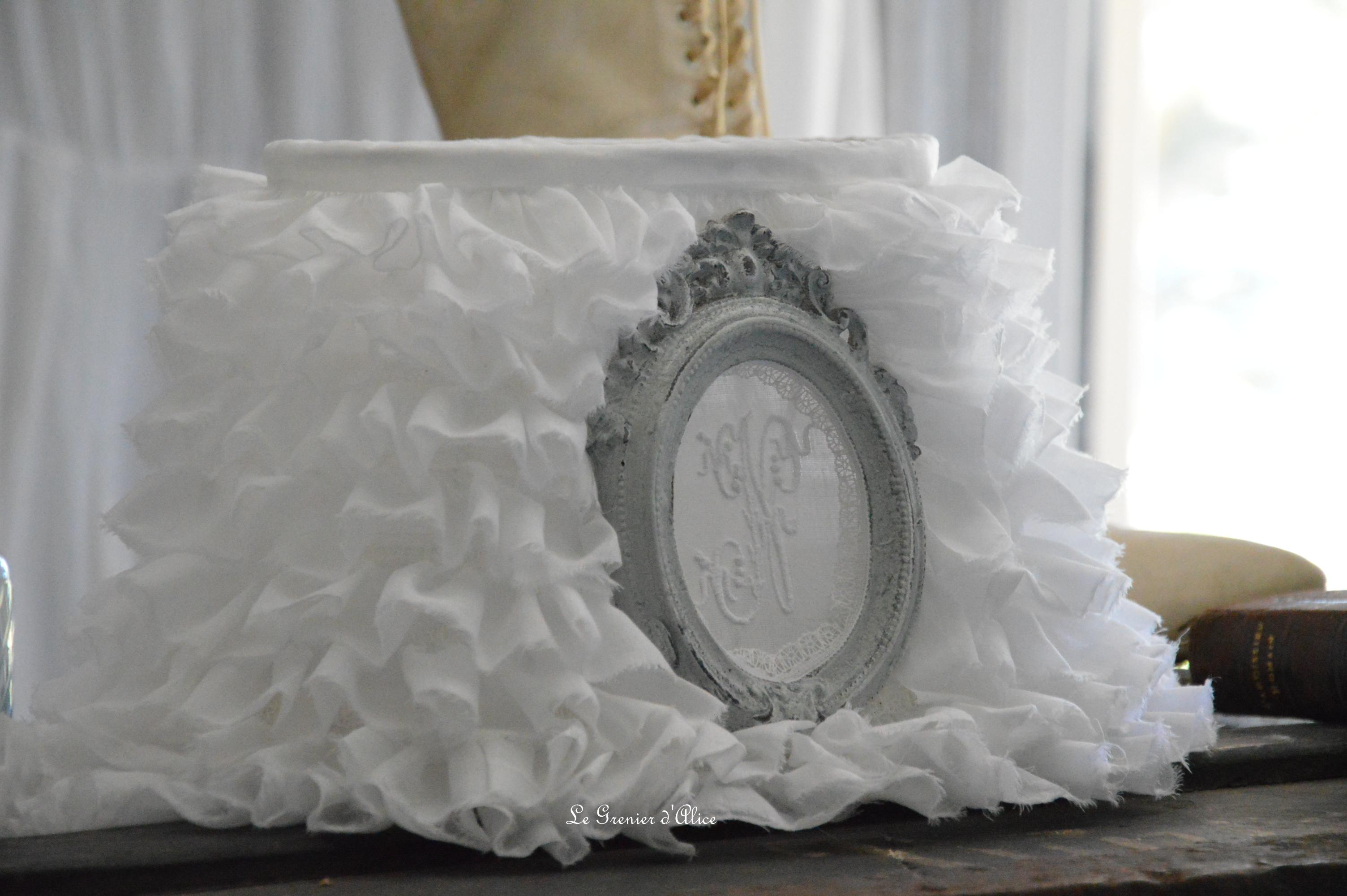 Abat jour oval froufrou organdi blanc shabby chic et romantique monogramme ornement patiné gris gustavien Shabby ruffle lampshade 1