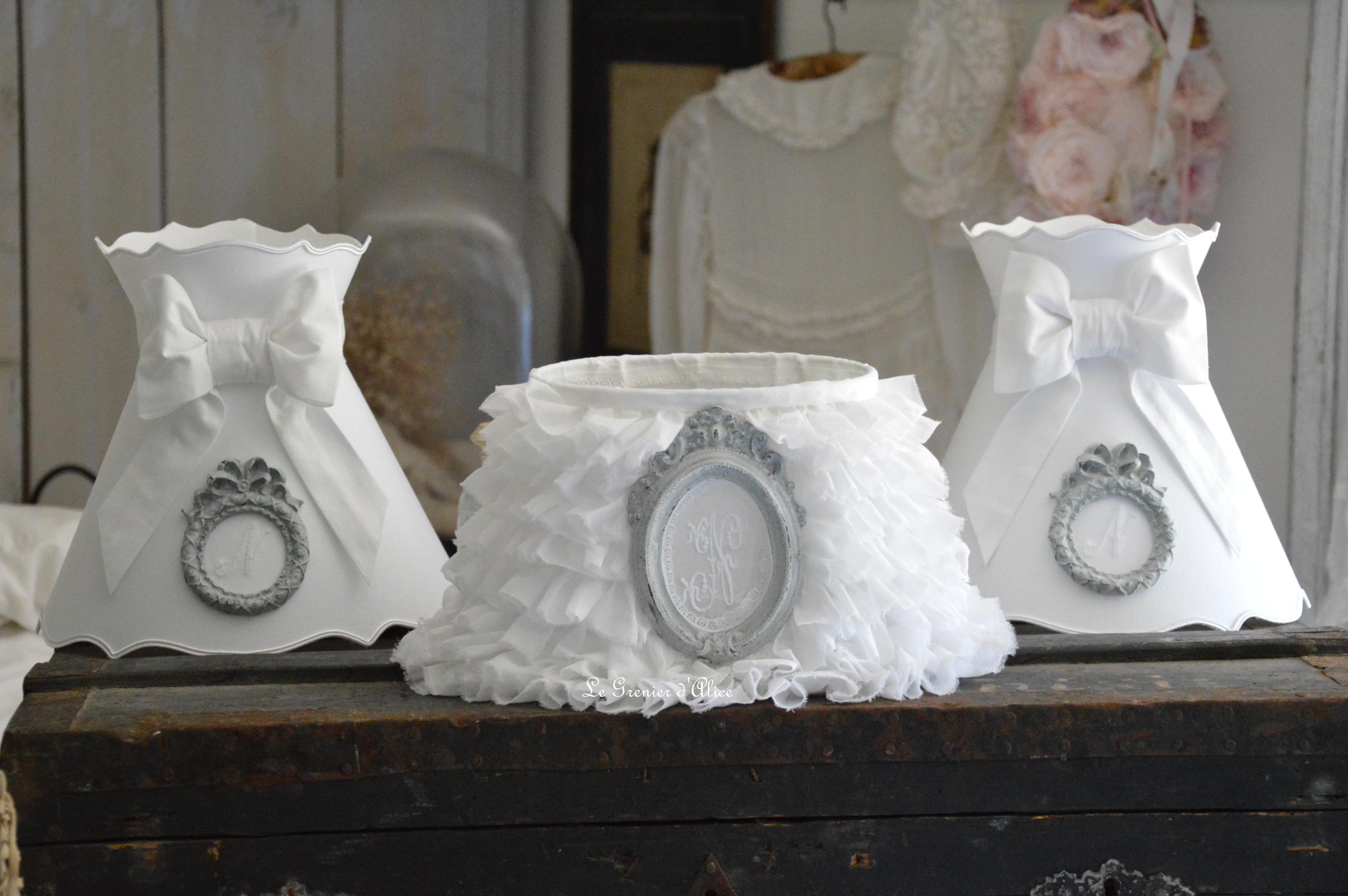Abat jour oval froufrou organdi blanc shabby chic et romantique monogramme ornement patiné gris gustavien Shabby ruffle lampshade 3