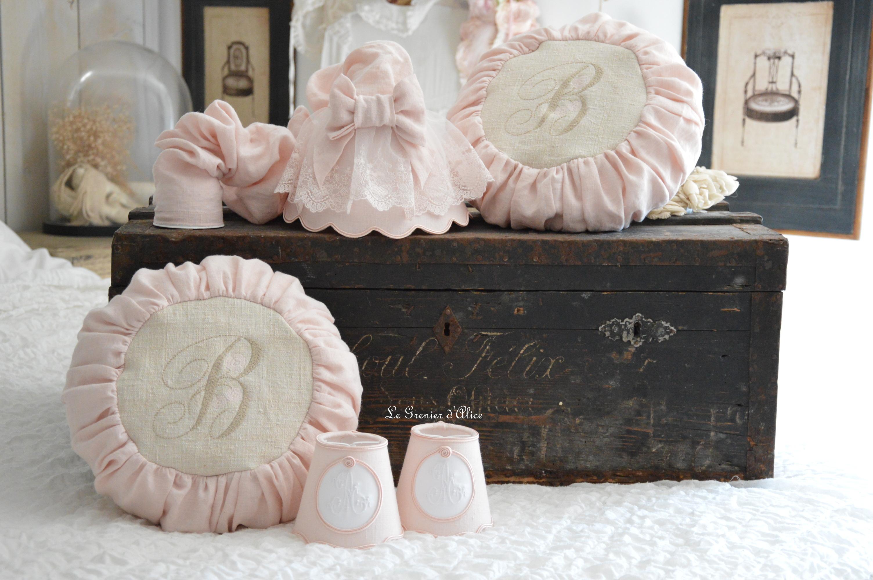 Abat jour suspension lin rose poudré abat jour shabby chic romantique romantic lampshade coussin rond round pillow broderie monogramme