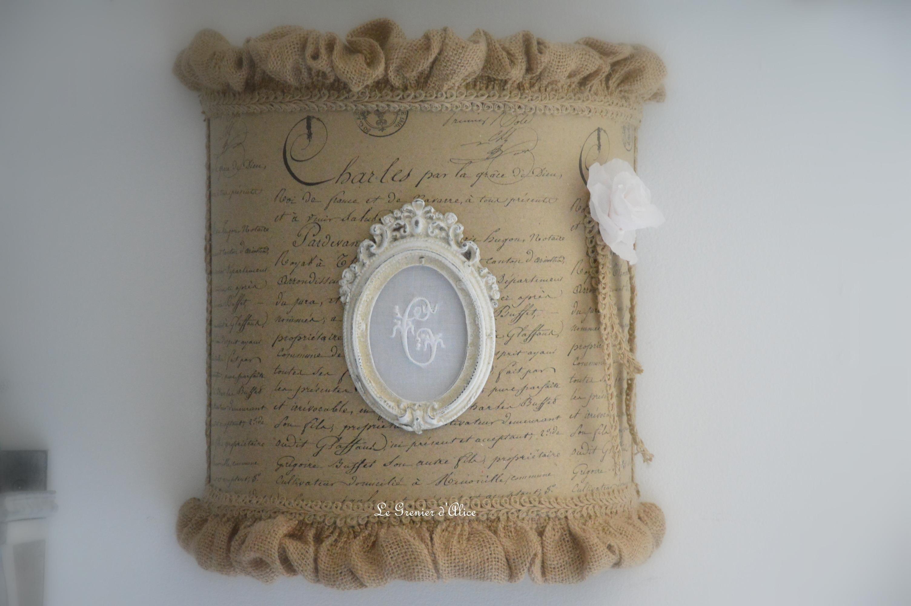 Applique abat jour écran papier manuscrit style ancien jute froufrou ornement patiné broderie monogramme broderie machine rose papier crépon rose poudré