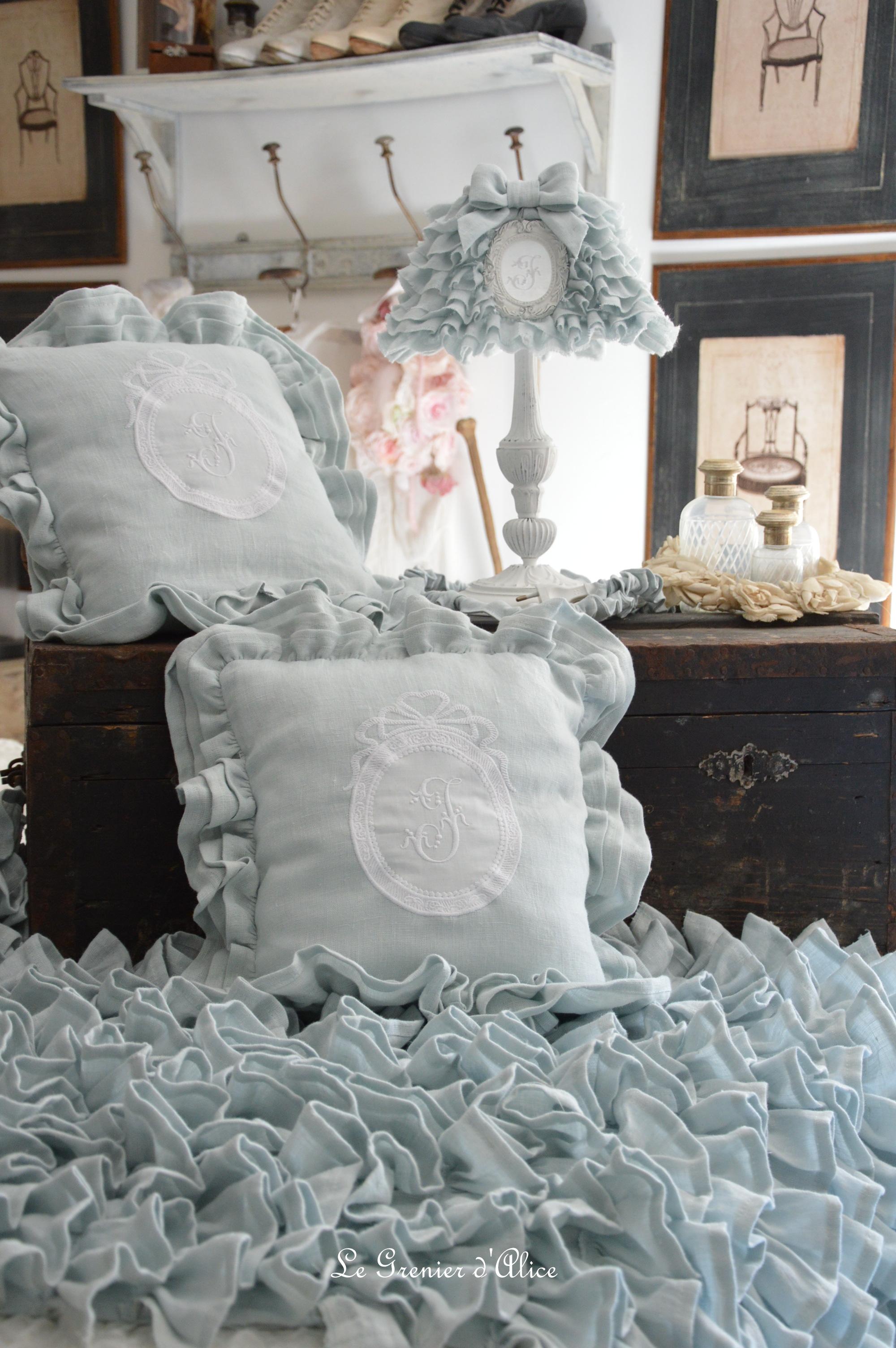 Bout de lit jeté de lit bout de pied shabby chic romantique lin gris nordique gris gustavien volant froufrou ruffle linen création le grenier dalice abat jour lampshade coussin pillow 2
