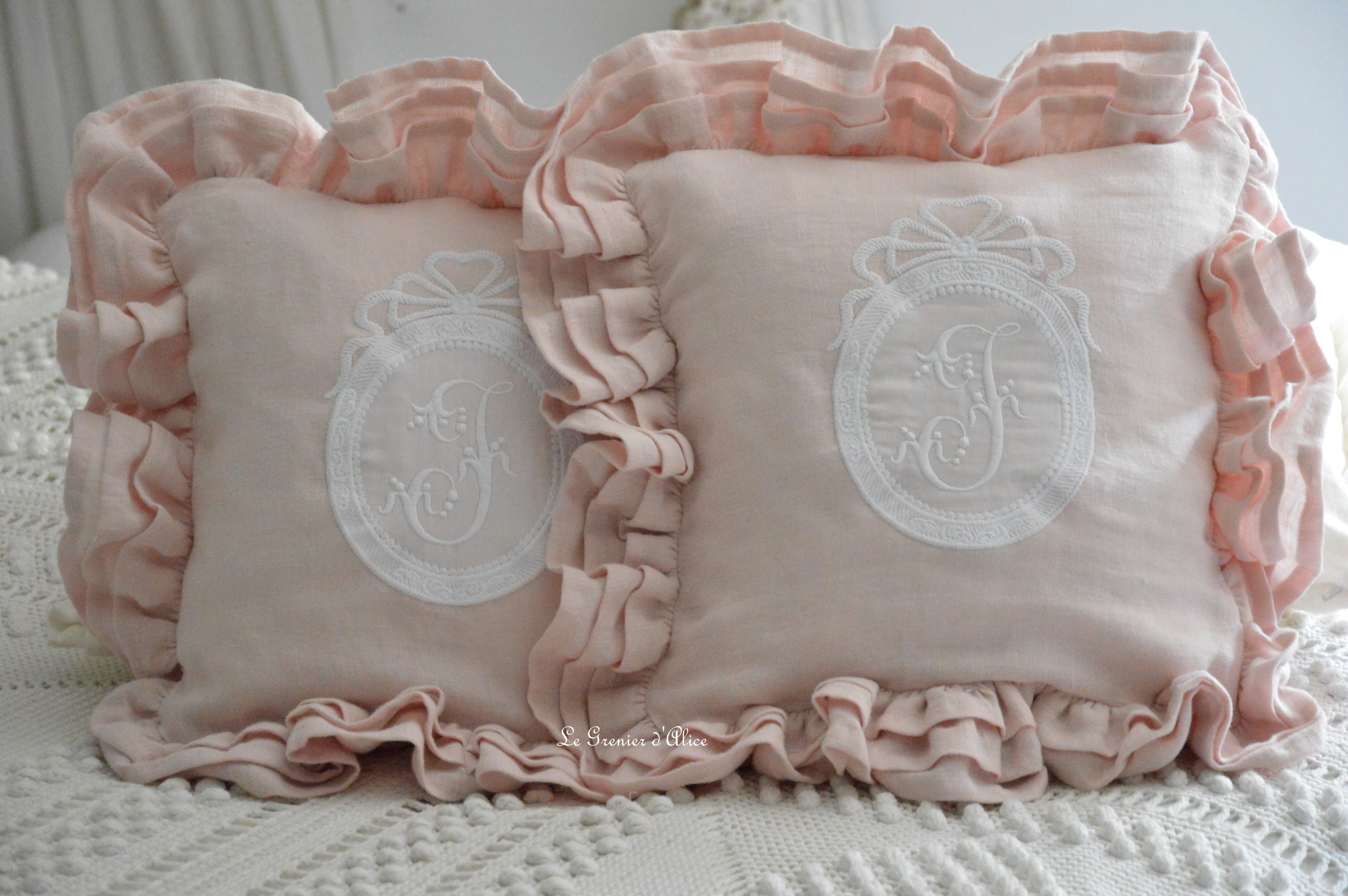 Coussin création le grenier dalice coussin romantique coussin shabby chic lin rose poudré broderie monogramme volant shabby ruffle pillow romantic pillow linen pillow