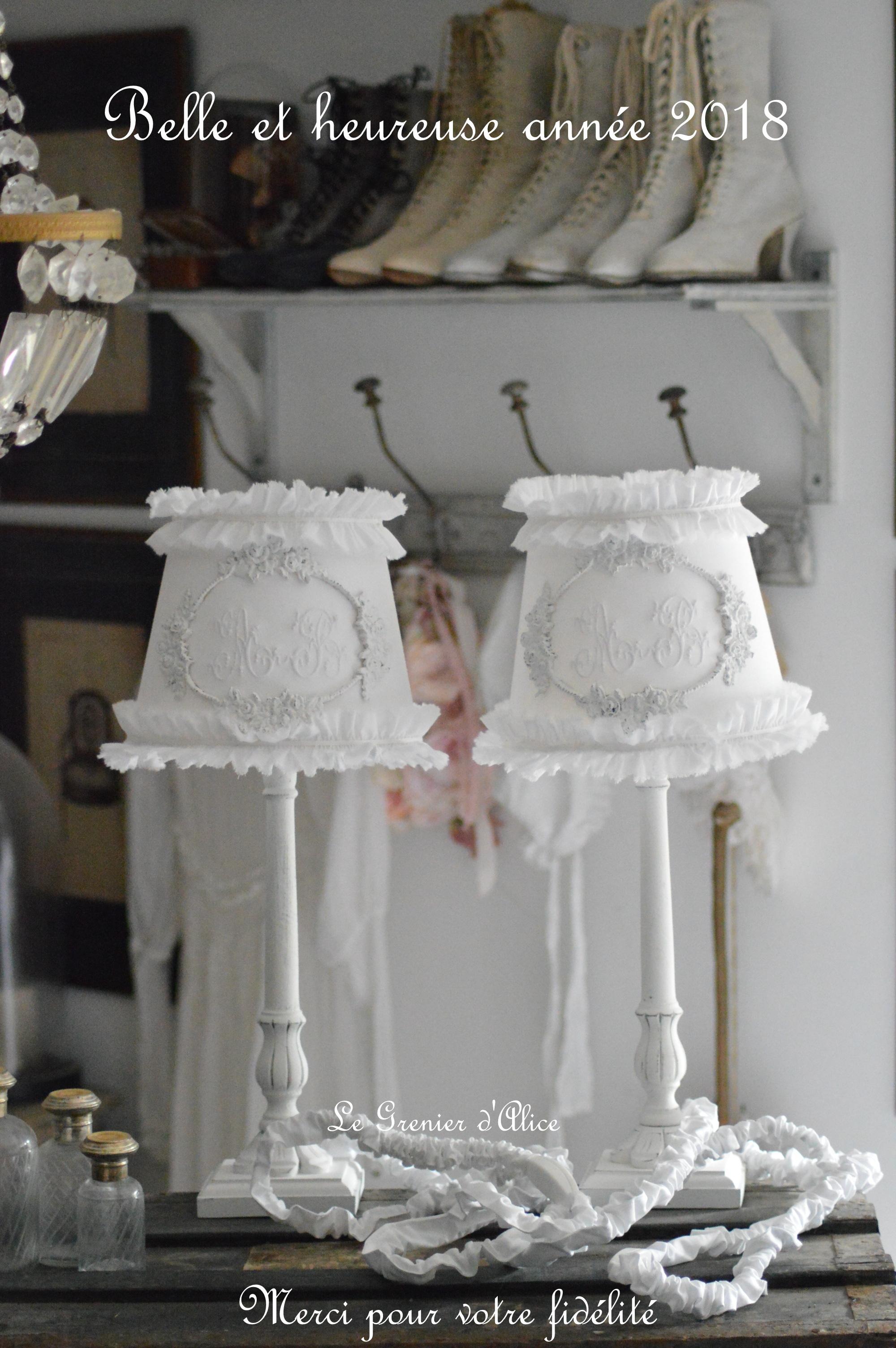 Abat jour shabby chic romantique blanc volant monogramme ornement patiné pied de lampe bois création originale le grenier dalice