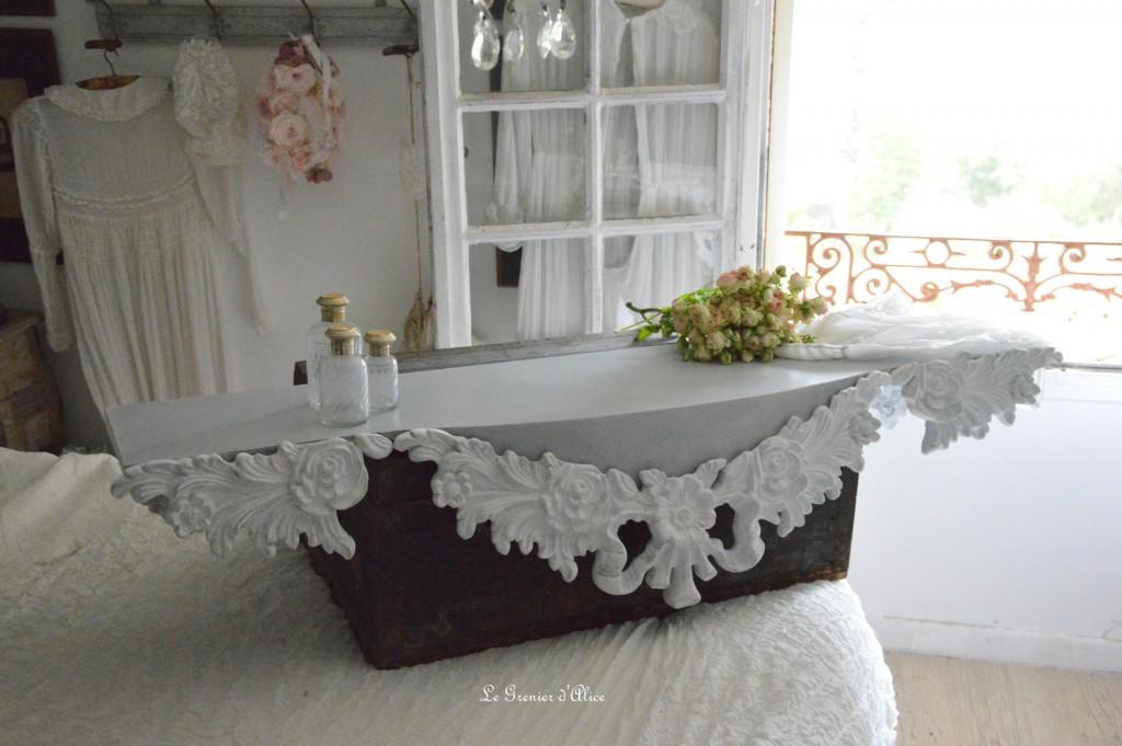 etag re sur mesure romantique shabby chic ornement gris gustavien cache radiateur tag re. Black Bedroom Furniture Sets. Home Design Ideas
